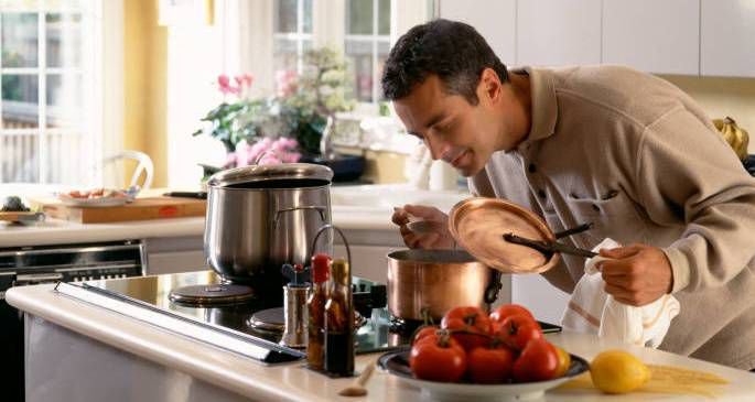 Мужчины готовят ужин к 8 марта