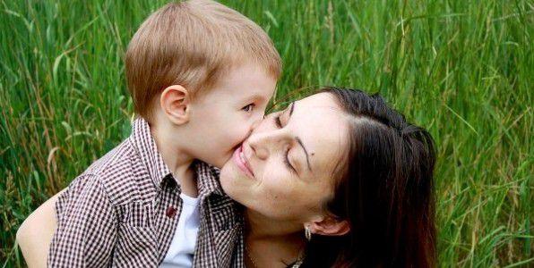 Сексуальная мама будит сына утром