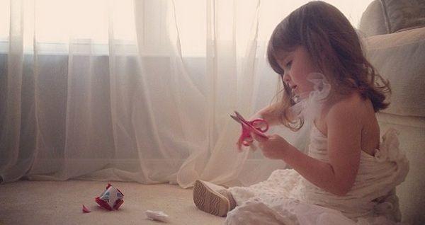 Четырехлетняя модельер создала коллекцию бумажных платьев