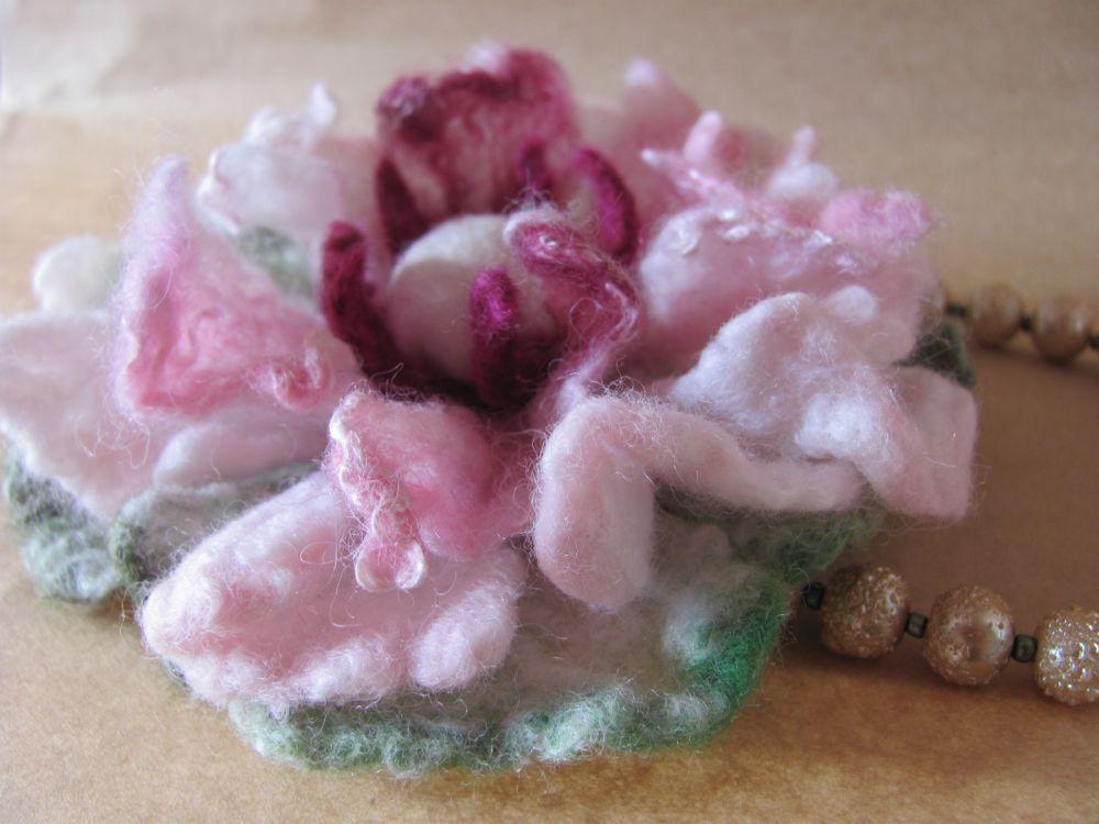 Мастер-класс по валянию нежных цветов-брошек