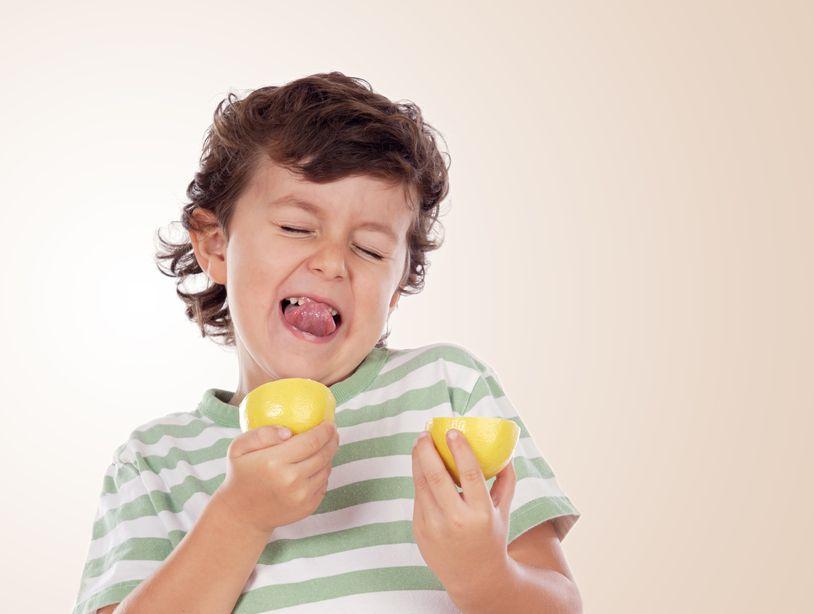Дети пробуют лимон (видео)
