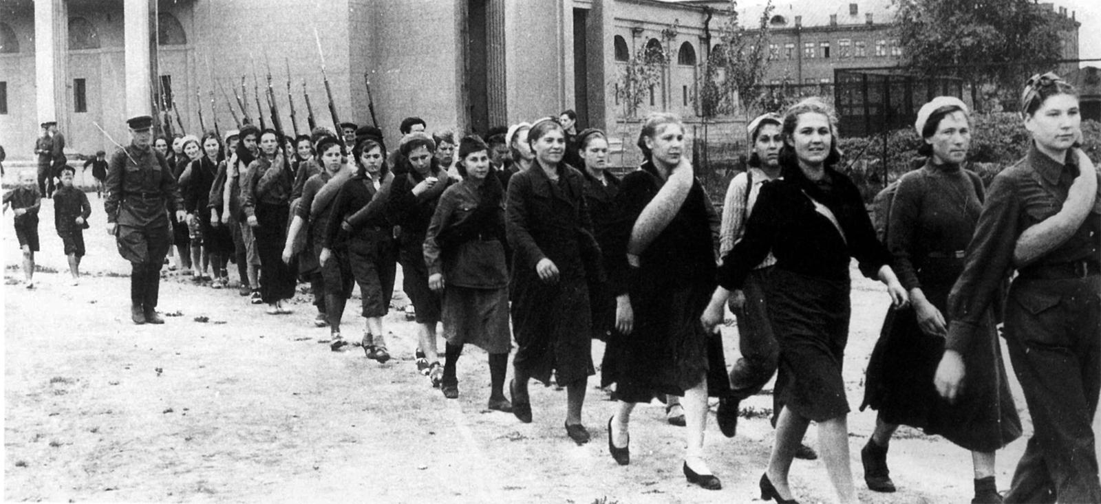 Девушки и война...