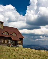 Летние Карпаты: канатная дорога, гора Высокий Верх, колыба на вершине