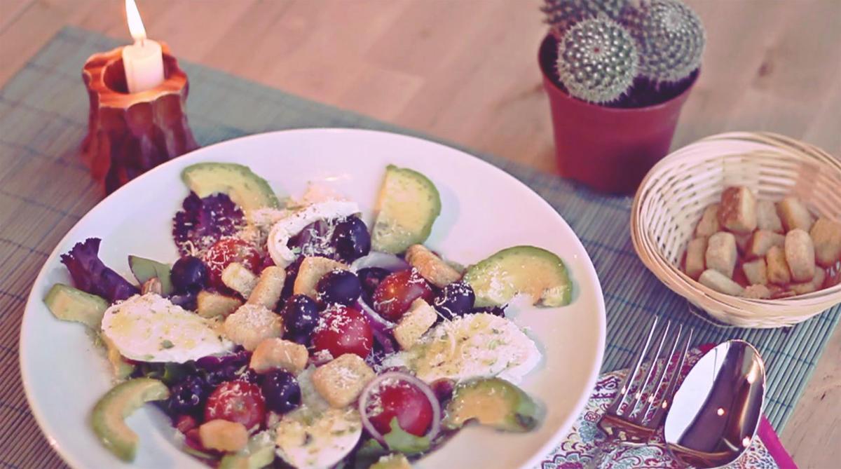 Видеорецепт: Салат с авокадо и сыром