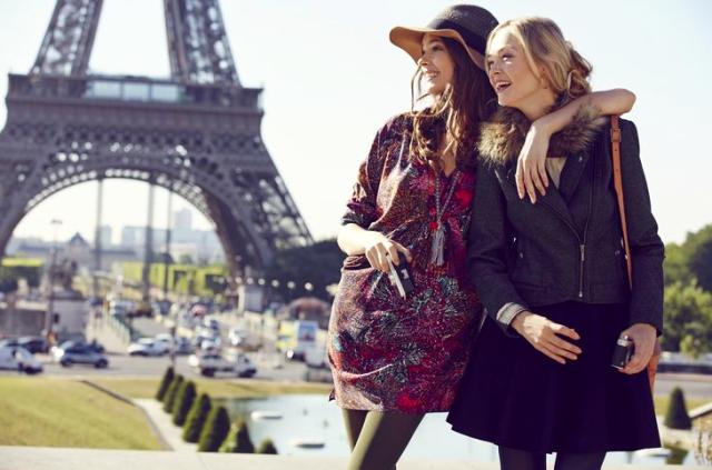 Girls-by-Eiffel-Tower