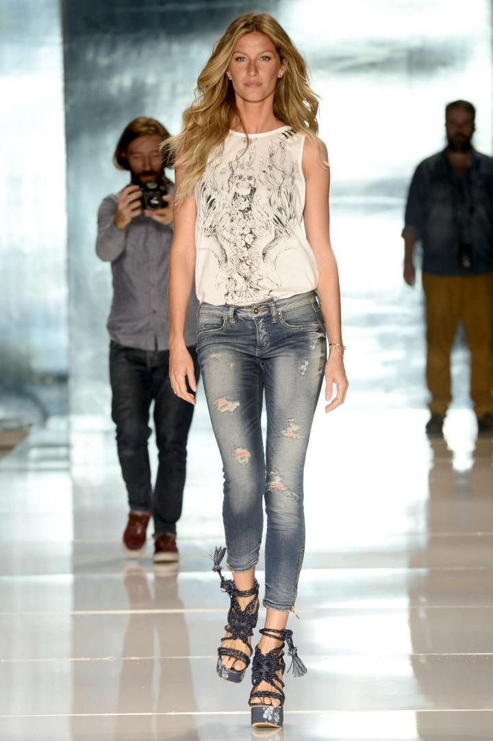 Gisele-Bundchen--Catwalk-at-Colcci-Summer-2015-Fashion-Show--08-720x1082