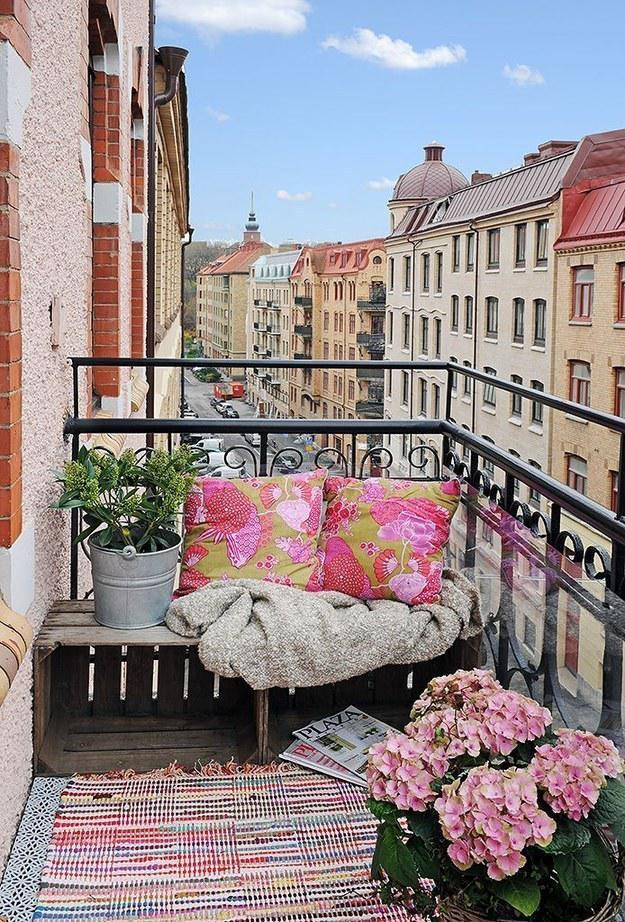 Как превратить крохотный балкончик в уютную лаундж-зону