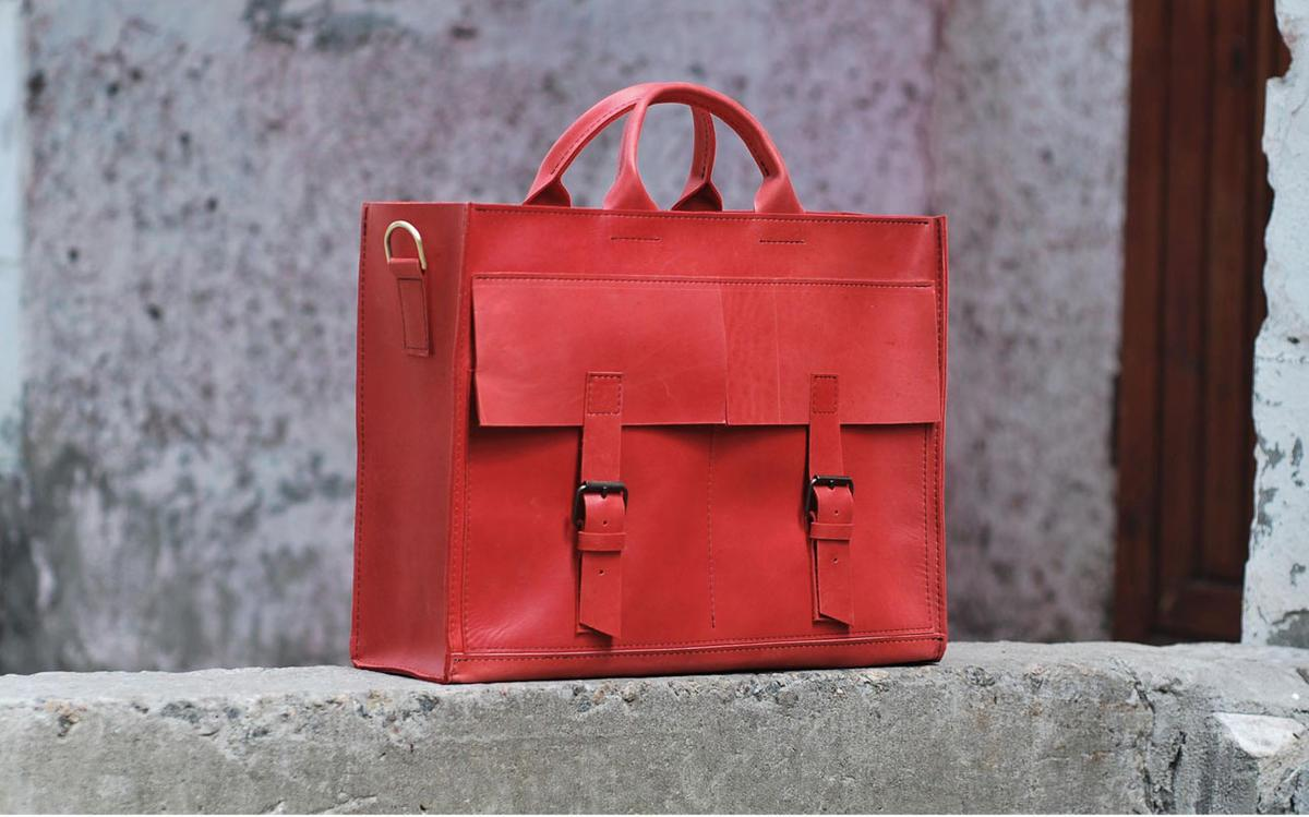 6f50112274c0 Помимо сумок, портфелей и рюкзаков, здесь также изготавливают кошельки и  блокноты. Сумки этого бренда продаются в Киеве, Днепропетровске, Львове, ...