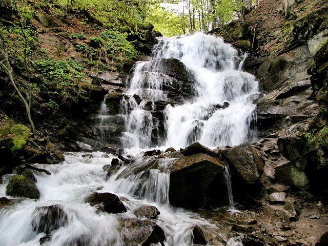 Водопад Шипот расположен в глубоком ущелье реки Пилипец в Закарпатской области