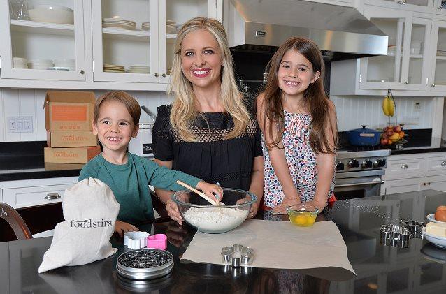 Sarah-Michelle-Gellar-Kitchen-Her-Kids-Picture