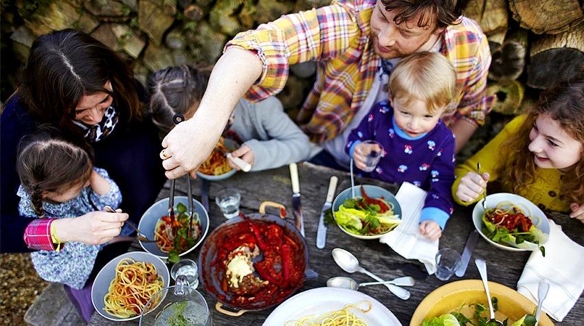"""Джейми Оливер: """"Лучший подарок детям - научить их правильно питаться"""""""