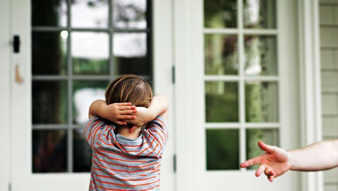 bambino-con-mani-dietro-la-testa