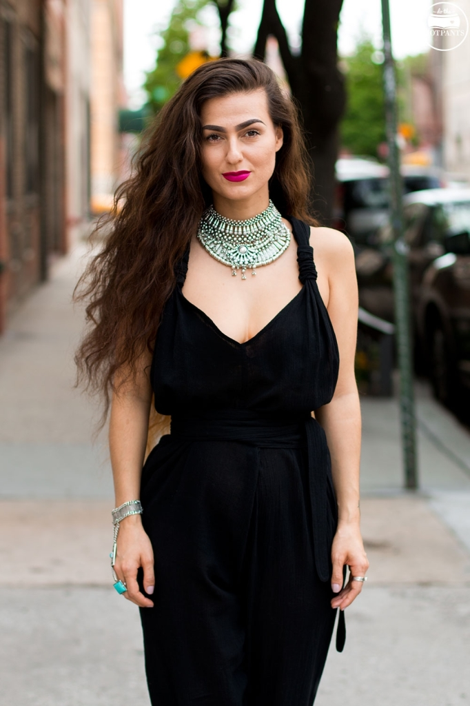 Do-The-Hotpants-Dana-Suchow-Curvy-Woman-Streetstyle-NYC-Summer-Outfit-Black-Linene-Jumpsuit-Bright-Lipstick-IMG_7918