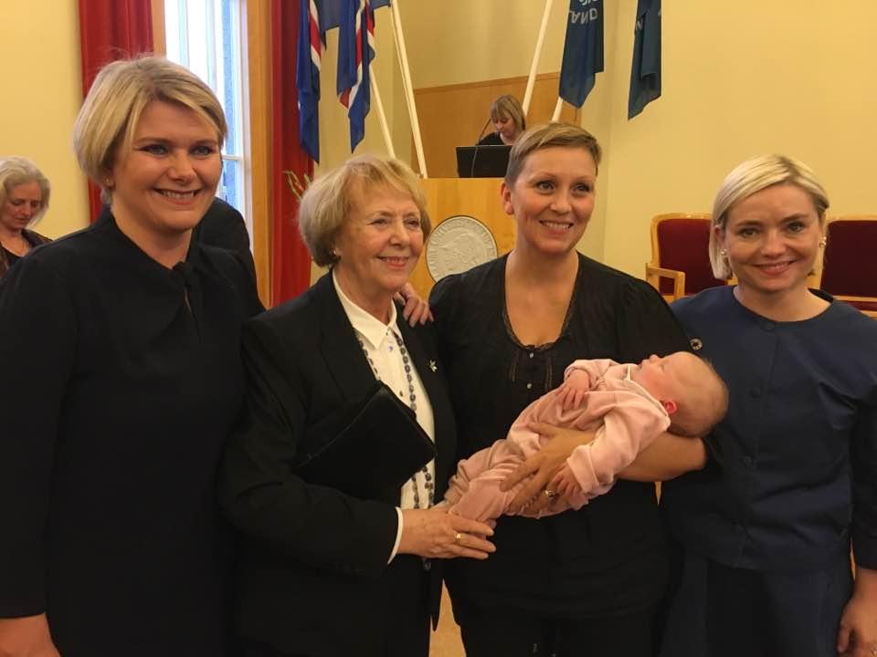 Видео: Исландский депутат выступила в парламенте, не отрываясь от кормления ребенка