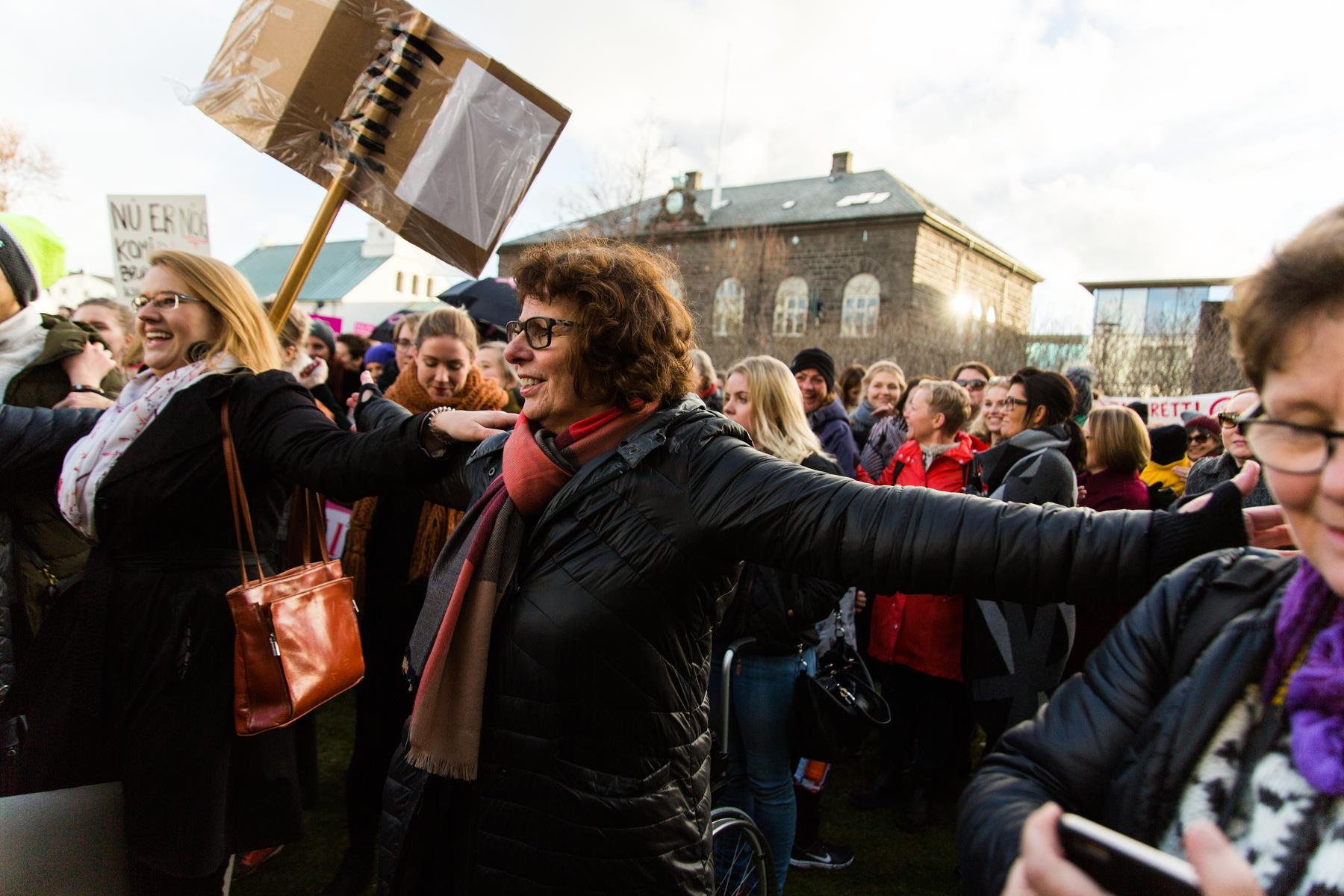 Не терпеть: Почему исландки каждый год в один и тот же день уходят с работы в 14.38