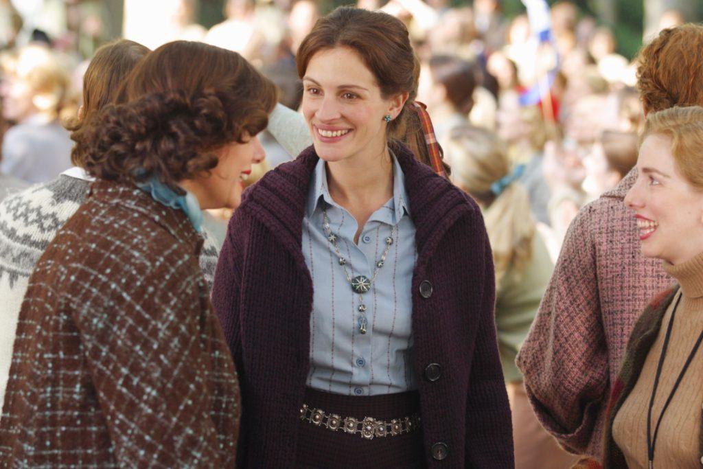 MONA LISA SMILE, Marcia Gay Harden, Julia Roberts, 2003, (c) Columbia/courtesy Everett Collection