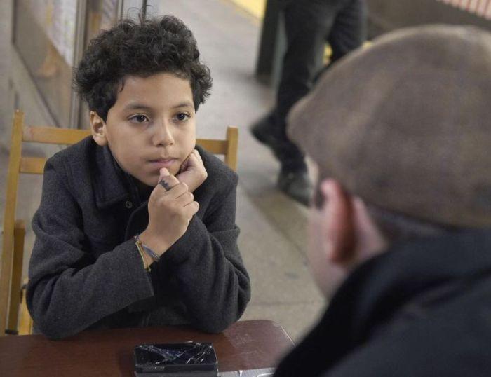Видео: Как 11-летний ребенок превратил станцию метро в кабинет психотерапевта