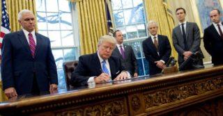 """Новый президент - старые подходы: Дональд Трамп подписал """"антиабортный"""" указ"""