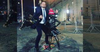 Осквернить походя: Мужчина издевался над скульптурой смелой девочки на Уолл-Стрит