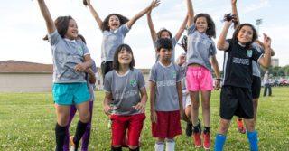 Им не все равно: Юные футболистки состригли волосы в знак солидарности с подругой