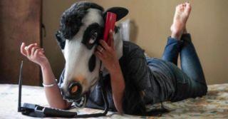 Ты человек или животное? Маска коровы ради спасения индийских женщин