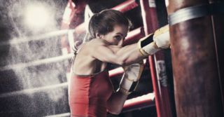 Бей не глядя: Приемы самозащиты, которые пригодятся каждой женщине