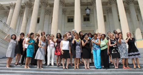Право на плечи: Конгрессвумен США протестуют против устаревшего дресс-кода
