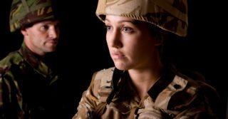 Двоє на полі бою: Жінки та чоловіки у збройних силах