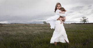 """Бувайте, богині: Чому міф про """"природність"""" материнства потрібно вже нарешті залишити у минулому"""