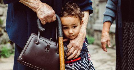 Справиться с эйджизмом: Как нам в этом помогут бабушки и дедушки