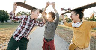 Открывая стеклянный колпак: Как дать детям беззаботное детство, если вы полны тревоги за них