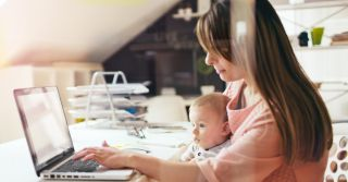 Работа с грудным ребенком на руках: Как организовать себя и делегировать другим