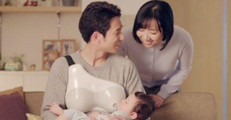 """Father's Nursing Assistant: У Японії розробили девайс, що допоможе татам """"годувати грудьми"""" малюків"""