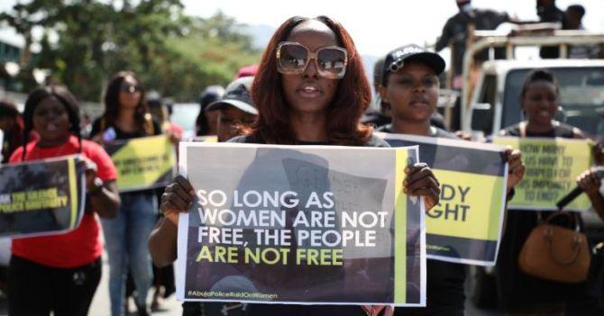 Вышла из дому вечером — проститутка: В Нигерии идут протесты против полицейских рейдов