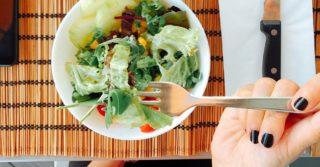 Строгая диета вызывает чувство одиночества