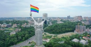 Родину-Мать в Киеве украсили флагом ЛГБТ