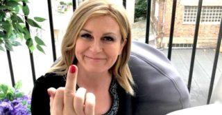 Президент Хорватии показала средний палец противнику абортов
