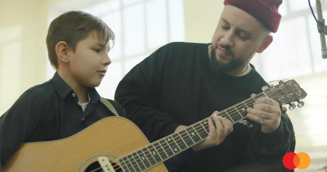 Mastercard создал проект «Бесценные уроки музыки» для школьников