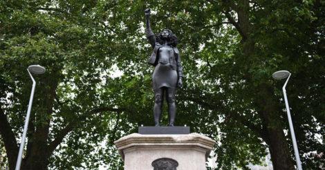 В Великобритании снесли памятник работорговца Эдварда Колстона