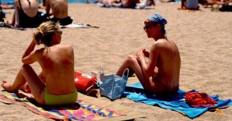 Министр Франции поддержал женщин, загорающих топлесс