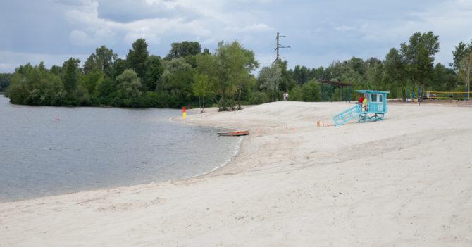 На киевских пляжах вновь запретили купаться