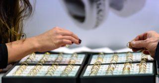 Распространенные мифы о медицинском золоте: стоит или не стоит носить?