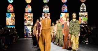 Показ Dior прервала активистка с плакатом-манифестом