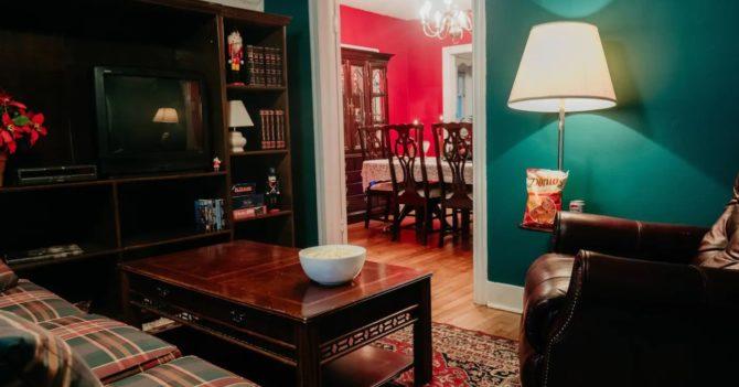 """На Airbnb можно арендовать дом в стиле фильма """"Один дома"""""""