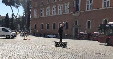 Впервые женщина стала регулировщицей транспортного движения: в Риме
