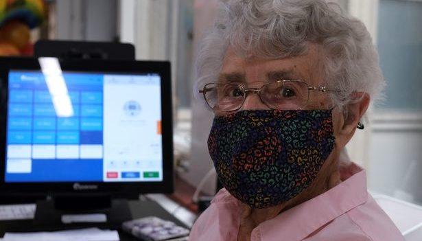 В Лондоне 99-летняя пенсионерка прошла вакцинацию и вернулась на работу