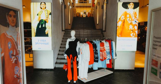 """""""Всі. Свої"""" вместе с Музеем Голодомора и Pictoric представили витрины ко Дню вышиванки"""