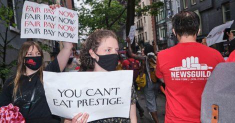 Журналисты в Нью-Йорке организовали протест против главного редактора Vogue