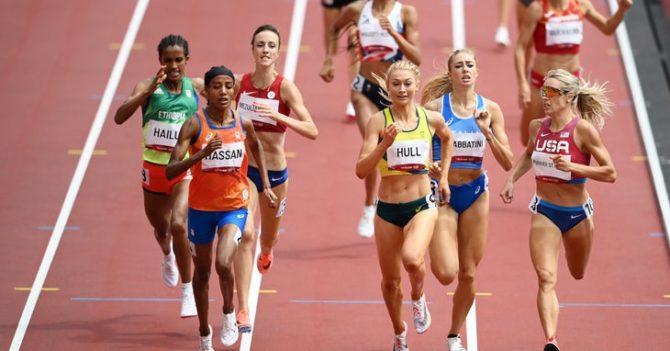 На Олимпиаде спортсменка из Нидерландов победила в забег на 1500 метров после падения