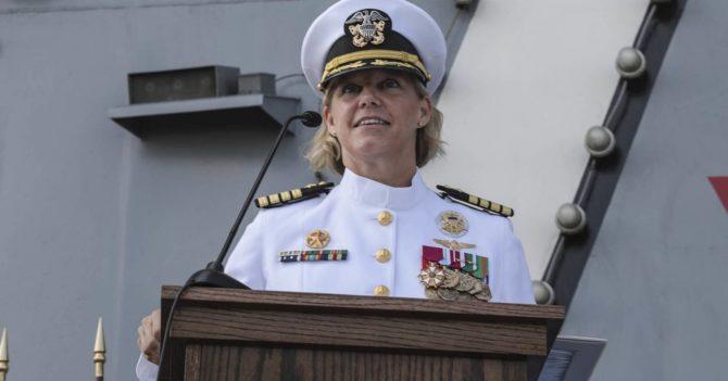Командиром атомного авианосца США впервые стала женщина